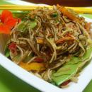 Salteado de Verduras y Fideos Chinos (Estilo Pansit)