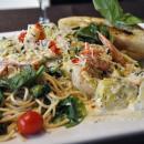 Gambas con Pasta Florentina y Salsa de Pesto y Alcachofas