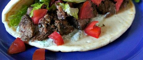Receta de Saladmaster - Gyros de Carne de Res con Salsa Tzatziki